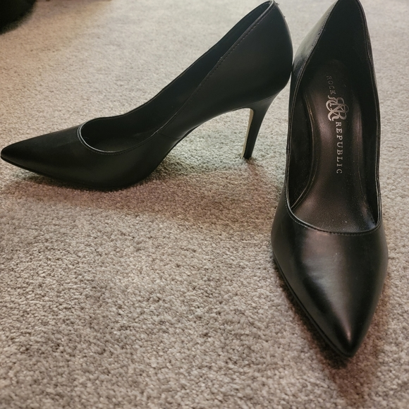 Black Pumps with pointed toes